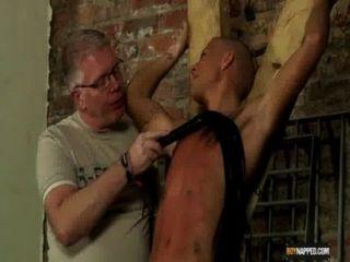 노예 소년은 물웅덩이로 만들었다.