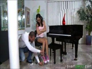 작은 사춘기 피아노 연주자 거대한 수탉 재생