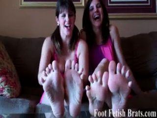 너는 우리 발가락을 빨아 먹는 걸 좋아해.