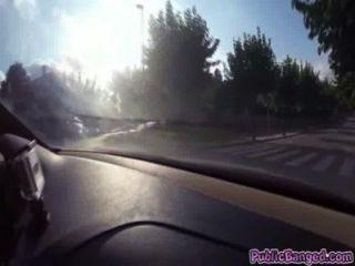 제니 글램은 공공 도로에서 차에 좆