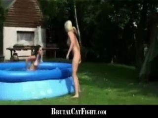 속임수를 쓰는 아내와 slutty blonde hard hardfigfigting outdoor