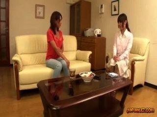 그녀의 젖꼭지를 얻는 아시아 소녀는 앉아 r에 소파에 문지른 빠는 빨려