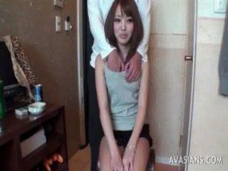 작은 아시아 여중생은 딜도 라구 딜도를 사용하는 방법을 배운다.