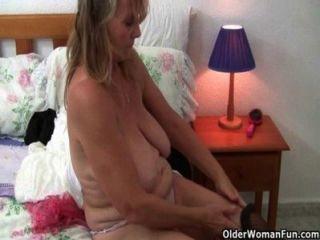 영국의 할머니는 스타킹과 팬티 스타킹에서 솔로 섹스를 좋아합니다.