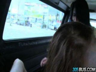 2 십대 아가씨 클로이 테일러 \u0026 킴벌리 와일드맨은 거리에서 벗어났다.
