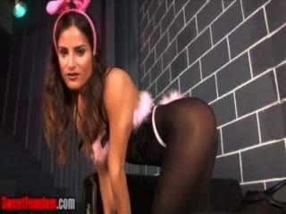 치치 메디나는 너의 토끼 옷에서 너를 놀린다.