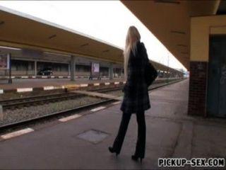 유럽의 베이비 천사 기차가 돈을 위해 화장실에서 좆