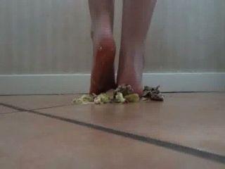 맨발로 부딪히는 햄버거