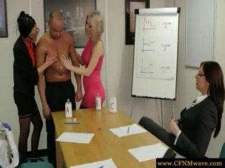 사무실에있는 여자들은 그들의 하부에 빠져있다.