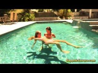 수영장에서의 멋진 레즈비언 섹스