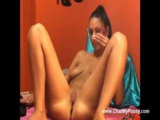 섹시한 갈색 머리 그녀의 구멍을 dildoing 다음 라이브 카메라에 squirting