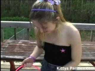 부활절 달걀을 사냥하는 그녀의 팬티를 깜박임 키티