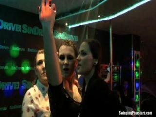 클럽에서 에로틱 한 춤을 추는 소녀들