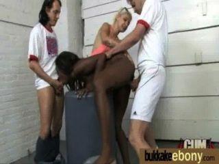 흑단은 백인 친구들의 그룹에 의해 모든 구멍에서 좆된다.