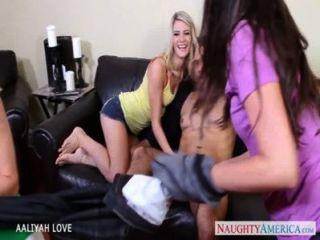 멋진 aaliyah는 foursome에서 빌어 먹을 사랑한다.