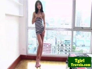 아시아 ladyboy amay 그녀의 엉덩이를 보여주고 사랑한다.