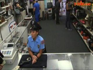 큰 가슴을 가진 미시시피 경찰이 전당포에 사로 잡혔다.