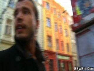 그는 거리에서 bbw를 집어 든다.