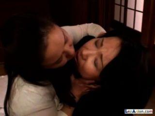방에있는 바닥에 젖꼭지를 빨고있는 뚱뚱한 성숙한 여자 2 명