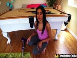 latina는 집을 청소하고 그녀의 음부를 엿먹 으라. giselle mari 1