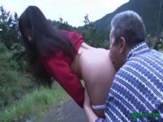 그녀의 음부를 점점 아시아 소녀는 핥고 엉덩이에 노인 정액에 의해 엿