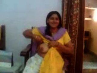 그녀의 큰 가슴을 보여주는 인도 아줌마의 인도 섹스 비디오 rawasex.com