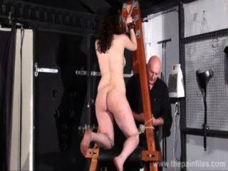 극심한 지하 감옥 노예 beauvoirs 징징 처벌과 페티쉬 여자들은 채찍질