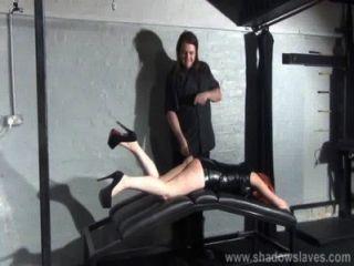 가죽 던전 페티쉬와 체벌에 작은 아마추어 slavegirl의 애타게