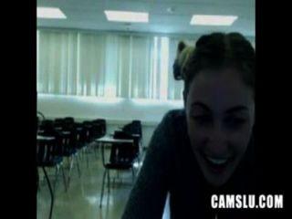 오, 내 귀여운 섹시한 여자가 교실에서 자위하고 캐서린에 잡혔다.