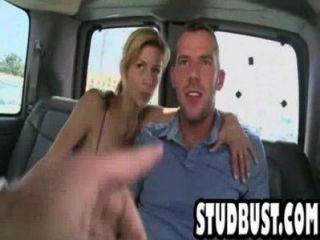 스키니와 황갈색 스터드는 밴에서 엉덩이를 엿 먹인다.