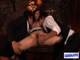 뜨거운 아시아 여자 소파에 좆 수탉을 빠는 손가락을 핥았 동안 핥아