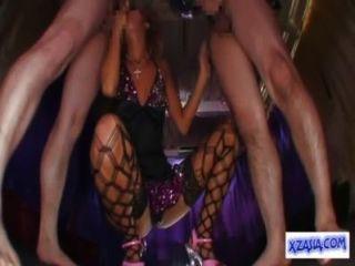 섹시한 드레스에 뜨거운 무두질 한 스트립퍼가 2 명의 남자들에게 입으로 손을 대고