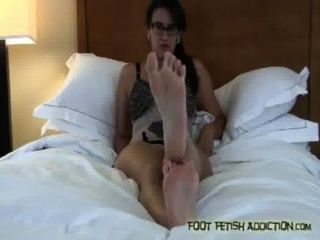 내 발가락을 빨아 내 발을 숭배해라, 노예!
