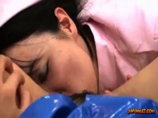 경찰 제복을 입은 아시아 소녀가 침대에서 간호사에 의해 장난감으로 좆 섹스