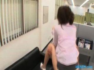 사무실 아가씨가 그녀의 음부를 점점 가슴에 정액을 빠는 남자가 소파에 빠는