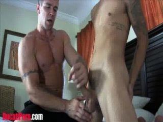 근육 아빠가 트윙크에 매질 당한다.