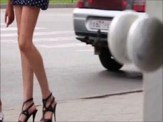 거리의 다리, 엉덩이와 발 뒤꿈치를 걷고 섹시한 여자