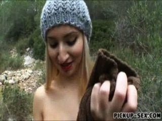 데이토나가 그녀의 엉덩이를 깜박 거리며 숲속에서 두들겨 댔다.