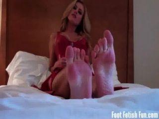 내 발을 숭배하고 내 발가락을 빨아 라.