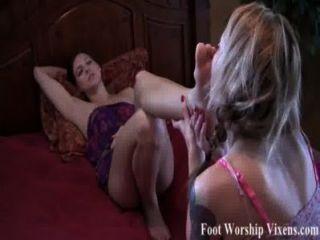 새디는 벨라가 피곤한 발을 숭배하게 만든다.