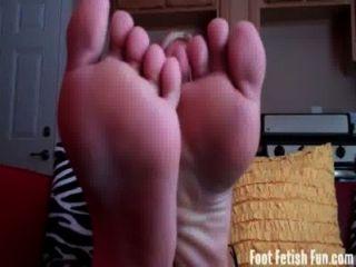 여름은 그녀의 섹시한 발을 숭배해야합니다.