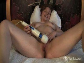 섹시한 아마추어 릴리 장난감 그녀의 음부
