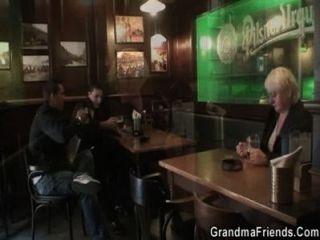 두 명의 친구들이 데리러와 늙은 할머니를 쾅 우어 댔다.