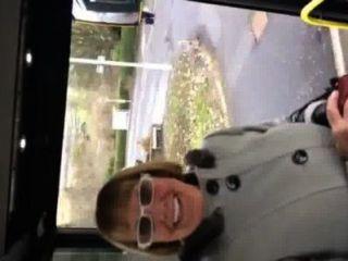 내 버스를 운전하는 할머니를 뽑으려고.