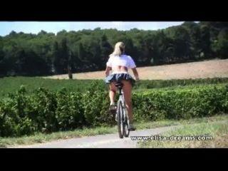 대중과 더러운 자전거에서 누드하다.