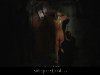 blonde slavegirls는 가죽 끈에서 착취를 위해 지하 감옥으로 걸어갔습니다.