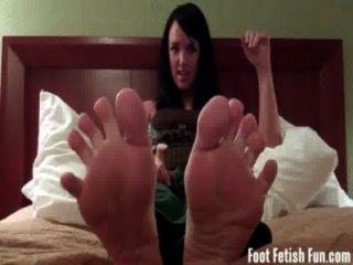 맨디 테일러는 네가 발가락을 빨아 먹기를 바라고있어.