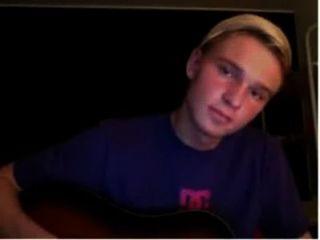 그가 자신의 오르가슴과 함께 올 때까지 기타에 연습과 수탉을 재생 덴마크어 소년