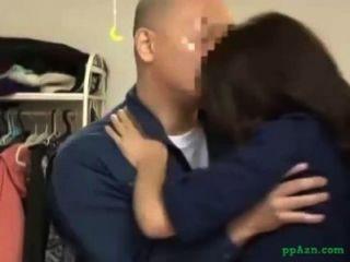 아시아 소녀 집안에 유지 보수 남자에 게주는 입술을 핥는