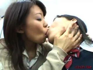 아시아 여학생이 젖꼭지를 빨고 사무실에서 보지로 노는 키스